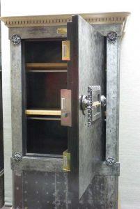 photo détaillé d'un coffre-fort ancien à triple panneton